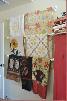 Quilt rack using inexpensive curtain rods. Saving this idea for the new quilting/sewing room. Quilting Room, Quilting Tips, Quilting Projects, Quilting Tutorials, Quilt Hangers, Quilt Racks, Inexpensive Curtains, Vynil, Quilt Ladder