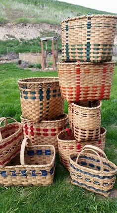 Great stack of baskets Wire Baskets, Storage Baskets, Weaving Art, Hand Weaving, Basket Weaving Patterns, Willow Weaving, Bamboo Basket, Basket Decoration, Weaving Techniques