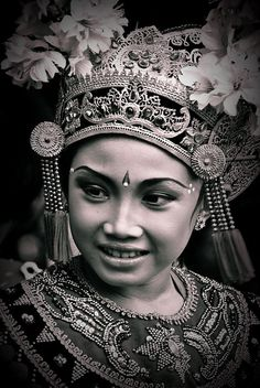 Bali beauty---this photograph would look lovely framed. Bali Girls, Bali Decor, Filipino Tattoos, Portraits, People Of The World, World Cultures, Vintage Pictures, Belle Photo, White Photography