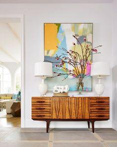 Mid-century modern wood credenza with modern art accessory Design Entrée, House Design, Foyer Design, Lobby Design, Design Hotel, Salon Design, Deco Design, Chair Design, Design Trends