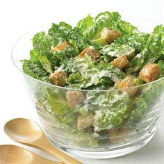 Garlic Caesar Salad:Make this classic salad with a from-scratch dressing which features garlic,anchovies and Parmesan cheese. Classic Caesar Salad, Salad Bar, Soup And Salad, Food Salad, Ceasar Salat, Food Network Recipes, Cooking Recipes, Dishes Recipes, Gastronomia