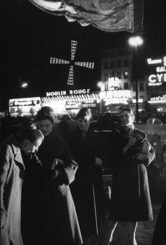 Moulin Rouge Paris 1958 by Loomis Dean Black And White Portraits, Black And White Pictures, Black And White Photography, Old Paris, Vintage Paris, Paris Pics, Moulin Rouge Paris, Paris Photography, Louvre
