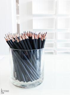 White Office Decor, Black Decor, Office Workspace, Home Office, Noir Ebene, Art Blanc, Space Place, Black Pencil, Office Interiors