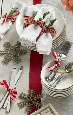 Best Christmas Table Decor ideas for Christmas 2019 where traditions meets grandeur - Hike n Dip Make your Christmas special with the best Christmas Table decoration ideas. These Christmas tablescapes are bound to make your Christmas dinner special. Christmas Dining Table, Christmas Table Centerpieces, Gold Christmas Decorations, Christmas Table Settings, Christmas Tablescapes, Christmas Place Setting, Christmas Candles, Holiday Tables, Christmas Tea Party