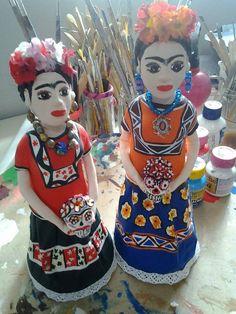 Estas Fridas Kaloh estão morando separadas. Uma no Canadá e outra na Espanha. Frida Kaloh, Frida pintora, papel mache, biscuit, escultura, arte, artesanato.