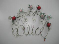 Enfeite em Arame - uma arte de muita sensibilidade. Este exemplo contém flores em tecidos, arame, laços e miçangas Tamanho aproximado: 33 x 39 cm Confecção Personalizada - consulte!