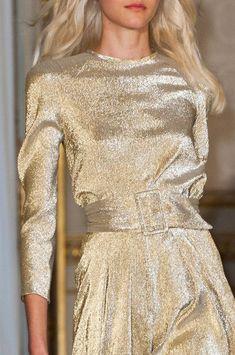Martin Grant at Paris Fashion Week Spring 2015 - Details Runway Photos Gold Fashion, Fashion Details, Runway Fashion, High Fashion, Fashion Show, Luxury Fashion, Fashion Design, Paris Fashion, New Years Eve Outfits