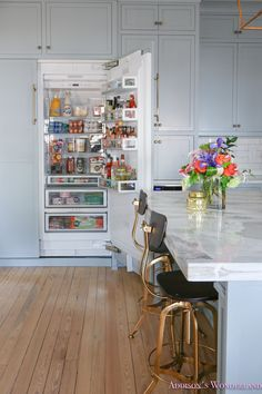 Home Decoration Application Interior Design Inspiration, Home Decor Inspiration, Refrigerator Organization, Cafe Interior, Blue Gold, House Tours, Kitchen, Table, Bright