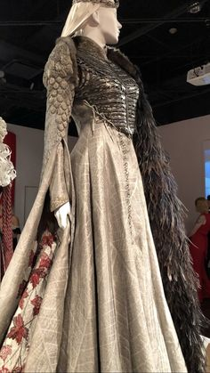 Sansa coronation - The most creative designs Game Of Thrones Outfits, Game Of Thrones Dress, Game Of Thrones Sansa, Got Costumes, Theatre Costumes, Movie Costumes, Casual Elegance, Costume Design, Queen