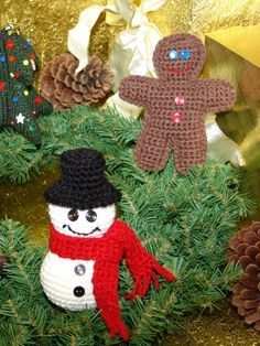 Free Pattern - Make four adorable decorations for your tree! #crochet #christmas #holidays