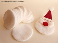 Anche un dischetto struccante può trasformarsi in qualcosa di originale. Un dischetto tondo di cotone può diventare una soffice barba d. Diy Christmas Activities, Christmas Crafts For Kids, Diy Christmas Ornaments, Simple Christmas, Christmas Projects, Handmade Christmas, Holiday Crafts, Christmas Decorations, Kids Crafts