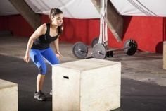 If you've got a plyometrics box, you're one step closer to burning fat and getting fit. Take the next step. Learn these 6 best plyometrics box workout moves to get your body in shape today. Burpee Challenge, Apple Body Shapes, Leg Injury, Overhead Press, 10 Minute Workout, Plyometrics, Muscular, Burpees, Squats