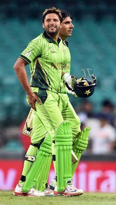 shahid afridi with misbah ul haq Shahid Afridi, Cricket Streaming, Sports Stars, Green Shirt, Pakistani, Goat, Legends, Hero, Shirts