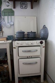 An old stove Kitchen Stove, Old Kitchen, Vintage Kitchen, Old Stove, Freestanding Kitchen, Vintage Stoves, Nostalgia, Vintage Appliances, Stove Fireplace
