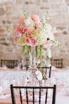 centre de table mariage en hauteur: roses et hortensias en vase vintage