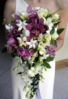 Paars/wit druppel #bruidsboeket met Orchideën, Freesia's en Hydrangea www.flamingobloemen.nl