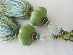 Marvelous tassels for key and bag charms. Great combination of colors and materials Yarn Crafts, Diy And Crafts, Beaded Jewelry, Handmade Jewelry, How To Make Tassels, Glands, Diy Tassel, Tassel Keychain, Burlap Lace