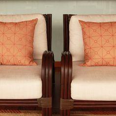 A almofada Simetria faz parte da coleção Art Deco Lolahome. Sua forma geométrica com perfeita simetria e os bordados em pedraria são elementos importantes da Art Deco. Seu bordado é todo feito à mão por artesãos indianos e com design exclusivo da Lolahome.   shop online> http://www.lolahome.com.br/almofada-simetria-bordada-a-mao-laranja-439.aspx/p?cbc=1&sk=1182