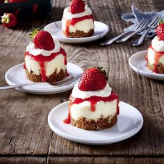 Mini-Erdbeer-Törtchen Our popular recipe for mini-strawberry tarts and over more free recipes on LECKER. Tart Recipes, Cupcake Recipes, Snack Recipes, Mini Desserts, Fall Desserts, Ice Cream Recipes, Food Cakes, Mini Cakes, Popular Recipes