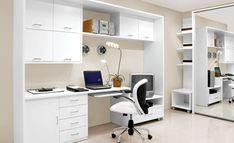 Modernes und stilvolles häusliches Arbeitszimmer  - schneeweiße Möbel
