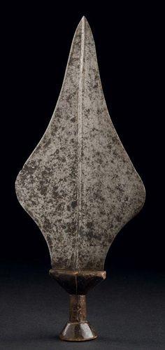ELÉGANT COUTEAU NKUTSHU République Démocratique du Congo H_32 cm Provenance: Collection Jan Elsen