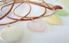 Colar de couro folheado em ouro com coração: jaspe vermelho, casca de ovo de avestruz, jade branco, quartzo rosa, jade novo e hematita. Colar aberto: 40cm Antialérgico Preço: 48,00 cada CÓD: CORMJ514 Pagamento depósito em conta 10% de desconto R$48,00