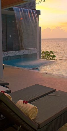 "I love that the pool looks like it is the ocean... Can't tell if it is a screen or the ""pool "" really is the ocean..."