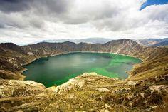 Quilotoa é um vulcão inativo com quase 4 mil metros de altitude e cuja cratera forma um lago incrível. A cratera de 3 quilômetros de largura foi formada pelo colapso do vulcão após uma catastrófica erupção, há mais de 800 anos. Para chegar ao topo do vulcão, são 400 metros de subida vertical.