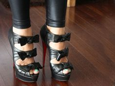 Black leather bow shoes