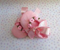 Lindo sapatinho rosa de poás com detalhes de Florzinhas.  Um charme para os pés de sua bebê.  Acolchoado e feito com tecidos 100% algodão. Tamanhos referentes ao solado. Tamanho P: 9 cm ( 0 até 3 meses) Tamanho M: 10 cm (3 até 6 meses) Tamanho G: 11 cm (6 até 9 meses) São especialmente para bebês que ainda não andam. R$ 40,00