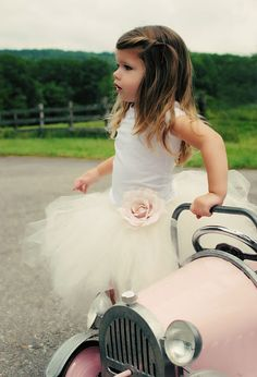 Le tutu blanc et la petite voiture raccordee au theme pour les demoiselles d'honneur!