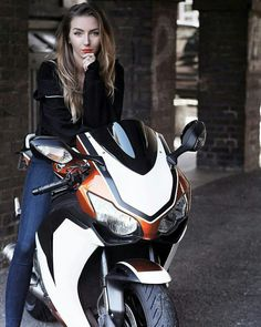 Lady Biker, Biker Girl, Motorbike Girl, Motorcycle Girls, Honda Cbr 1000rr, Hot Rides, Biker Chick, Super Bikes, Street Bikes
