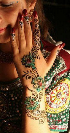 Top-Colorful-Mehndi-Designs-for-Women-2012