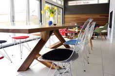 chaises transparentes Eames de la collection Eiffel, table en bois massif et lambris mural en bois