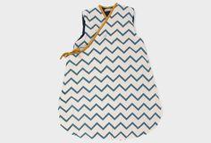 Saco de dormir para bebés con estampado de zigzag azul.  Forrado con una tela de punto suave, será perfecto para dormir calientito sin destaparse. Se abre y se cierra con cremallera. Puede usarse desde los 3 meses hasta los 9 meses aproximadamente.  Diseñado y fabricado en España.