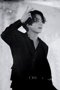 Jk casually making a V sign. Oh wait, everything that BTS does has some theories Jk casually making a V sign. Oh wait, everything that BTS does has some theories Foto Jungkook, Bts Taehyung, Foto Bts, Namjoon, Jungkook Cute, Jhope Bts, Taehyung Fanart, Suga Suga, Jung Kook