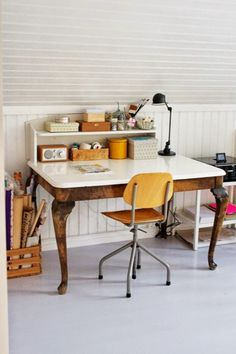 Study space love the desk and storage on wall house for Como decorar una oficina en casa