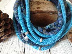 Sciarpollana che fa da sciarpa e da collana perché ricca di perle realizzata con la tecnica del tricotin, tutto fatto a mano da www.nelpaesedialice.com