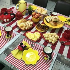 Bom dia!!! Domingo animado por aqui ❣️ #charminhobyju #domingo #mydisneyhome #happysunday #minhacozinhadisney #mickeymouse… Dinning Table Set, Dining Decor, Brunch Mesa, Table Manners, Napkin Folding, Tablescapes, Napkins, Table Settings, Easy Meals
