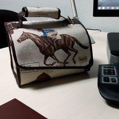 José Daniel y su nuevo Snailbag Ascot en la oficina. ¡Comer de tupper está de moda! #Snailbag #lunchbag #tuppertime #healthy #moda #chic #MadeInSpain #ShopOnline    http://www.snailbag.es/shop/para-el/bolsa-porta-alimentos-isotermica-para-tuppers/lunchbag-snailbag-ascot/