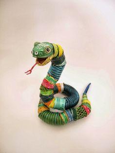 El arte animal y reciclado de Natsumi Tomita Estas esculturas están realizadas con todo tipo de objetos que acabamos tirando a la basura.  ...