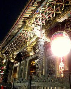 台湾・台北 龍山寺は、芸術的価値も高く国の二級古跡に指定されている。