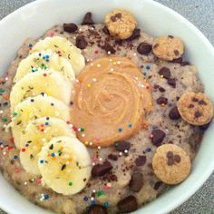 Creamy #partyoats ! White chocolate oats with chopped banana and chocolate chips, peanut butter and kookie crisp cereal !