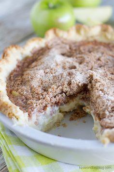 Jablečný koláč se zakysanou smetanou a skořicovou drobenkou