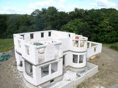 this is entirely autoclaved aerated concrete autoclaved aerated concrete cinder block house concrete Concrete Houses, Concrete Blocks, Cinder Block House, Autoclaved Aerated Concrete, Outdoor Potting Bench, Monolithic Dome Homes, Earth Bag Homes, Villa, Natural Building