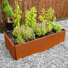 Lands små rektangulära odlingslådor skapar nya rum i trädgården och på terrassen. De tillverkas i olika storlekar, i galvaniserat och obehandlat järn. Alla modeller är 25 cm hög eller 50 cm hög (stablat). Våra bottenplattor i plast eller metal för denna modell finns i flera storlekar till 40 cm breda odlingslådor.