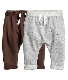 Dunkelbraun. CONSCIOUS. Sweathose aus weicher Bio-Baumwollmischung. Die Hose hat einen elastischen Bund mit Kordelzug und fixierte Beinumschläge.