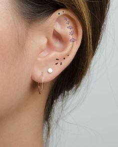 Ear Tattoos: 31 Gorgeous, Creative, And (Mostly) Tiny Tats Dainty Tattoos, Small Tattoos, Cool Tattoos, Small Pretty Tattoos, Tatoos, Little Tattoos, Mini Tattoos, Finger Tattoos, Body Art Tattoos