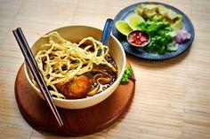 """Culy-lezer Rik, expert op het gebied van de Aziatische keuken en blogger vanPuur Eten, maakt regelmatig een bijzonder Aziatisch recept voor ons. Dit keer: deThaise currysoep Khao Soi. Ontzettend lekker! Rik: """"Waar deze currysoep oorspronkelijk vandaan komt, is me niet geheel duidelijk. Ik lees hier en daar dat het gerecht uit Myanmar zou komen en […]"""