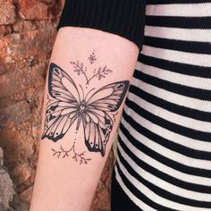 22 New ideas for tattoo wrist butterfly tatoo Trendy Tattoos, Sexy Tattoos, Small Tattoos, Sleeve Tattoos, Cool Tattoos, Tatoos, Unique Butterfly Tattoos, Butterfly Wrist Tattoo, Wrist Tattoos For Women